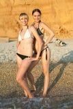 Портрет 2 девушок в бикини на море Стоковое Фото