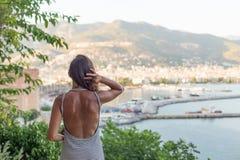 Портрет Backview женщины пригонки наслаждаясь взглядом залива a Стоковая Фотография