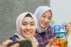 Портрет bestfriend hijab кудели принимая selfie совместно стоковые фотографии rf