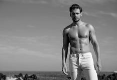 Портрет Black&white мышечного человека Стоковое Изображение