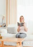 Портрет blond-haired женщины с книгой стоковые изображения rf