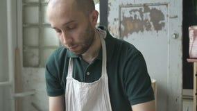 Портрет ceramist, который работает на бросать катит внутри его студию сток-видео