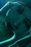 Портрет Clodeup женщин в неоновом свете стоковое фото