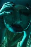 Портрет Clodeup женщин в неоновом свете стоковое изображение rf