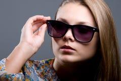 Портрет Close-up красивейшей девушки в солнечных очках Стоковые Изображения