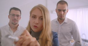Портрет 3 collleagues работая совместно в офисе внутри помещения Успешная коммерсантка коллективно обсуждать идеи дальше сток-видео