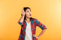 Портрет confused молодой азиатской девушки смотря прочь Стоковое Изображение RF