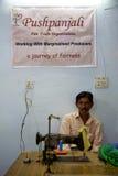 Портрет crafsman работая для Pushpanjali Стоковое Фото