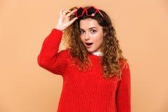 Портрет excited милой девушки в солнечных очках Стоковое фото RF