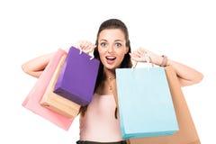 портрет excited молодой женщины держа хозяйственные сумки Стоковое Изображение