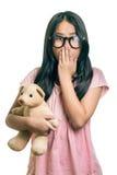 Портрет Eyeglasses милой девушки нося, показывая Oops Expressi Стоковые Изображения