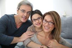Портрет eyeglasses счастливой семьи нося Стоковое Изображение RF