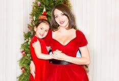 Портрет fazakh, азиатской девушки ребенка и мамы вокруг украшенной рождественской елки Ребенк на Новом Годе праздника стоковые изображения