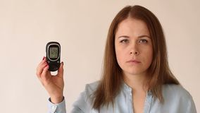 Портрет glucometer удерживания женщины Высокий уровень сахара в крови hyperglycemia акции видеоматериалы