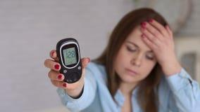 Портрет glucometer удерживания женщины Высокий уровень сахара в крови hyperglycemia видеоматериал