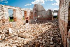 Портрет Grunge женщины в городских руинах стоковое фото rf