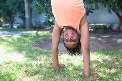 Портрет handstand девушки практикуя Стоковые Фотографии RF