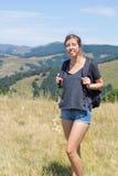 Портрет hiker девушки с рюкзаком в горах Стоковое Фото