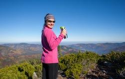 Портрет hiker молодой женщины с чашкой чаю Стоковое Изображение RF