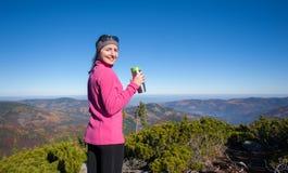 Портрет hiker молодой женщины с чашкой чаю Стоковое Изображение