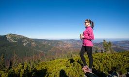 Портрет hiker молодой женщины с чашкой чаю Стоковые Изображения RF