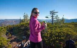 Портрет hiker молодой женщины с чашкой чаю Стоковое фото RF