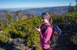 Портрет hiker молодой женщины с чашкой чаю Стоковые Изображения
