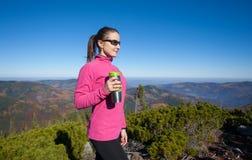 Портрет hiker молодой женщины с чашкой чаю Стоковая Фотография