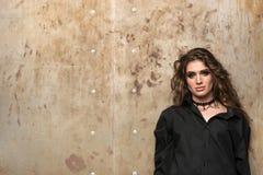 Портрет Horisontal молодой красивой женщины около стены Стоковое Фото