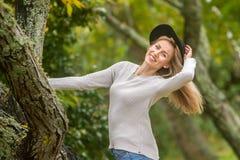 Портрет Lifestile внешний молодой красивой женщины на естественном b стоковая фотография