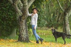 Портрет Lifestile внешний молодой красивой женщины на естественном b стоковые фото