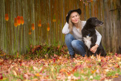 Портрет Lifestile внешний молодой красивой женщины на естественном b стоковое изображение