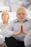 Портрет meditating бизнесмена стоковое фото