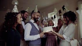 Портрет multigeneration семьи с тортом на крытом дне рождения, падать confetti сток-видео
