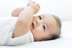 Портрет newborn азиатского младенца на кровати стоковое изображение rf