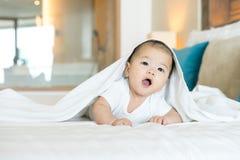 Портрет newborn азиатского младенца на кровати стоковые изображения rf