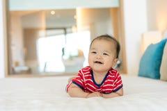 Портрет newborn азиатского младенца на кровати стоковая фотография