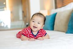 Портрет newborn азиатского младенца на кровати стоковое фото