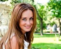 Портрет prety усмехаясь молодой женщины outdoors Стоковые Изображения