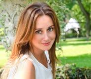Портрет prety усмехаясь молодой женщины outdoors Стоковая Фотография