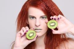 Портрет redhaired девушки с кивиом Стоковая Фотография