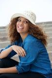 Портрет relaxed молодой женщины сидя outdoors Стоковая Фотография RF