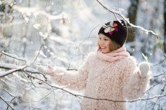 Портрет ` s девушки в лесе зимы Стоковое Фото