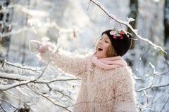 Портрет ` s девушки в лесе зимы Стоковая Фотография