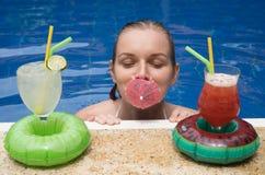 Портрет ` s женщины в бассейне Стоковая Фотография RF