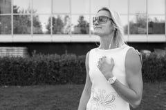 Портрет ` s женщины в белых одеждах, в солнечных очках снаружи Стоковое Фото