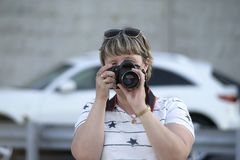 Портрет ` s женщины с камерой Стоковые Изображения
