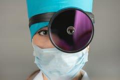Портрет ` s доктора Женщина доктор в хорошем настроении Мы желаем хорошее здоровье Стоковые Фото