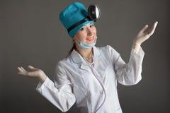 Портрет ` s доктора Женщина доктор в хорошем настроении Мы желаем хорошее здоровье Стоковые Фотографии RF