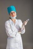 Портрет ` s доктора Женщина доктор в хорошем настроении Мы желаем хорошее здоровье Стоковые Изображения RF